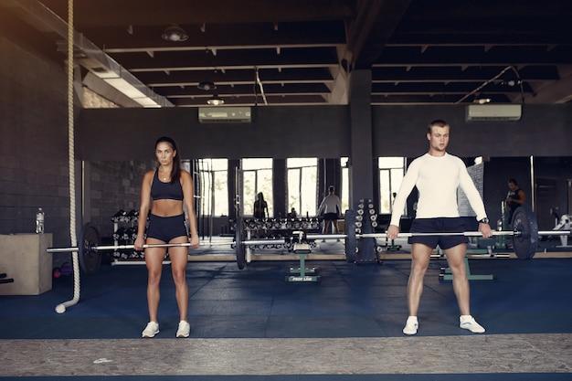 Casal de esportes em um treinamento de sportswear em uma academia