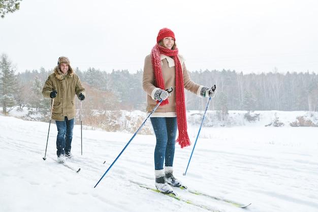 Casal de esqui na floresta