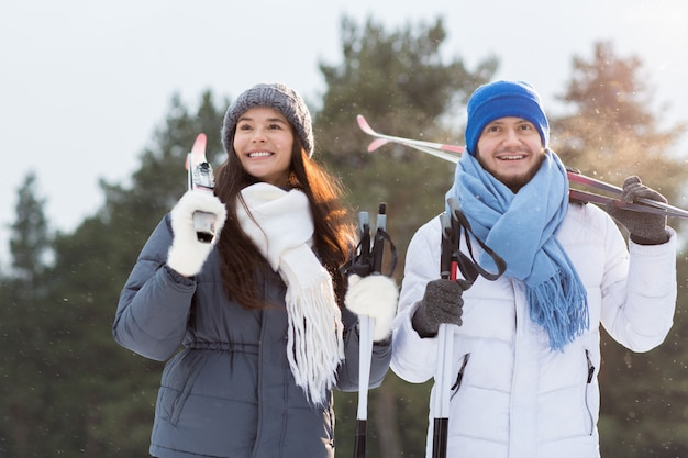 Casal de esquiadores