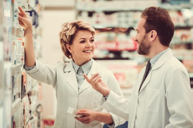 Casal de farmacêuticos