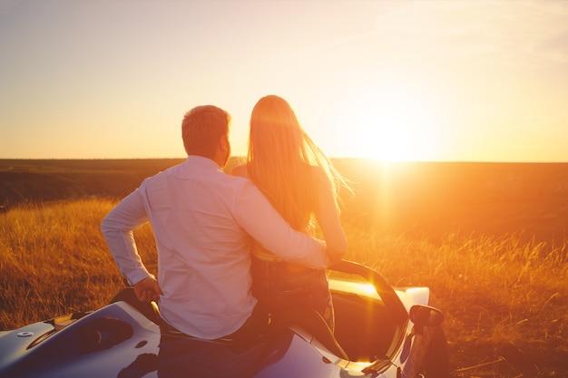 Casal de felicidade fica no novo carro esporte