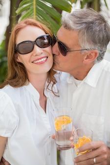 Casal de férias brindando com cocktails