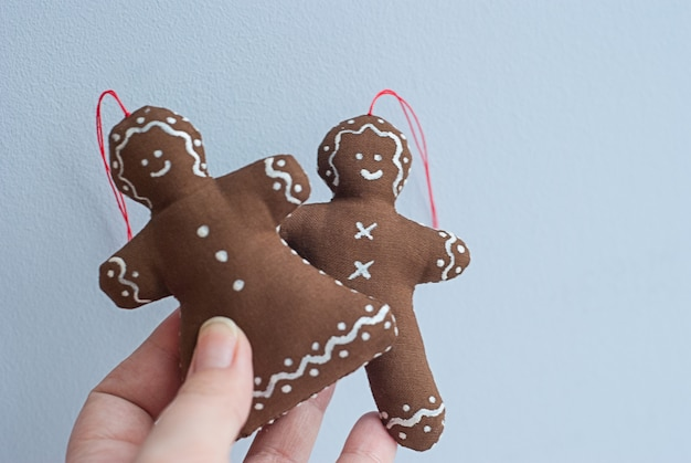 Casal de gengibre com biscoitos decorativos de coração grande