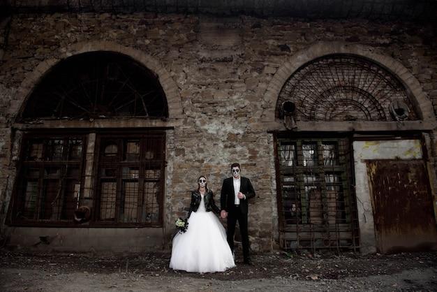 Casal de halloween. vestido com roupas de casamento romântico casal zumbi.