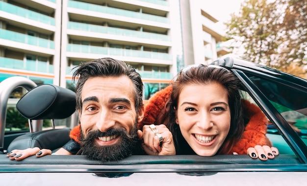 Casal de hipster de moda tendo auto-retrato engraçado em viagem