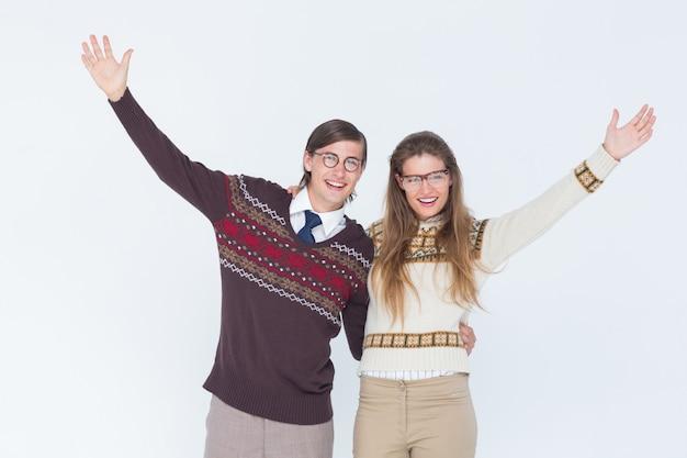Casal de hipster nerd feliz abraçando