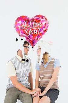 Casal de hipster nerd olhando para o outro
