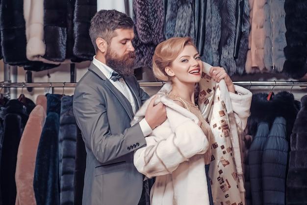 Casal de homem e mulher com casaco de pele.