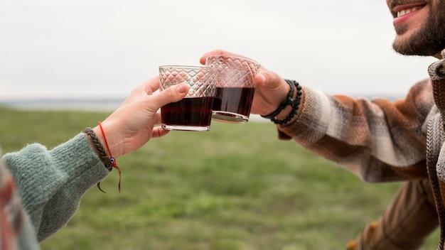 Casal de homem e mulher desfrutando de bebidas