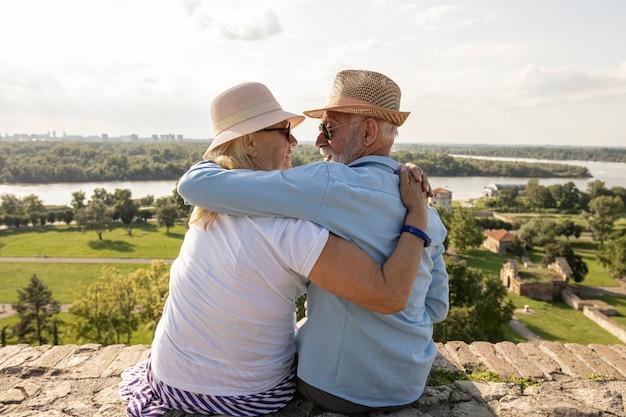 Casal de idosos abraçando