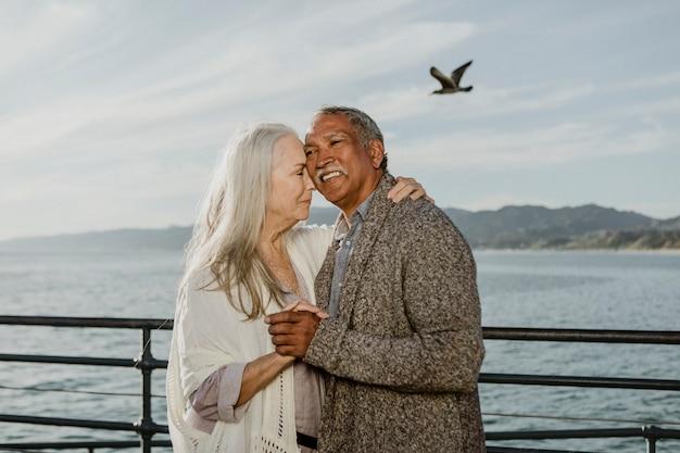Casal de idosos alegres dançando no cais de santa monica Foto Premium
