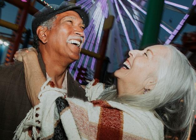 Casal de idosos alegres no pacific park em santa monica, califórnia