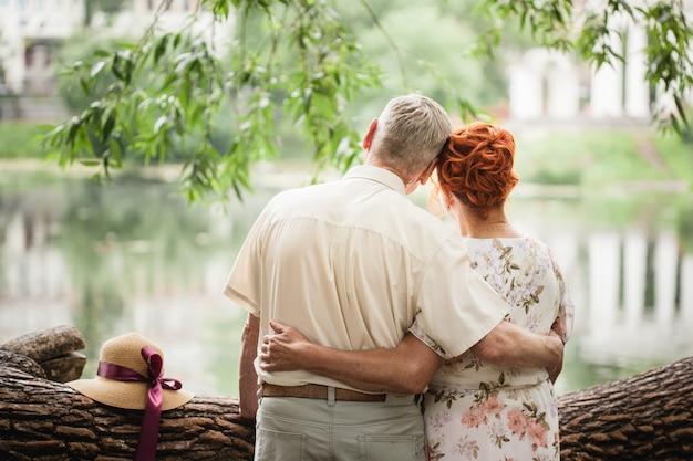 Casal de idosos andando no parque, amantes, amor fora do tempo, caminhadas de verão