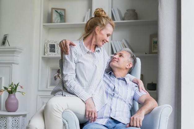 Casal de idosos bonitos juntos em um sofá