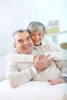 Casal de idosos brincando e rindo