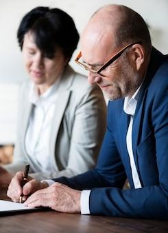 Casal de idosos casados, assinando o certificado de casamento