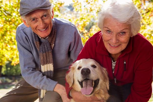 Casal de idosos com seu cão de estimação