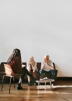 Casal de idosos consultando um psicólogo