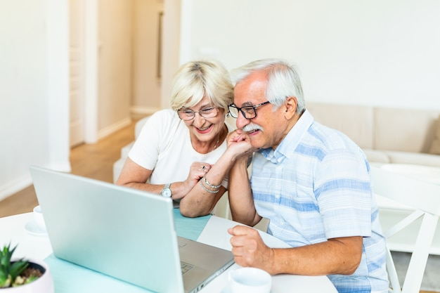 Casal de idosos conversando online por meio de uma conexão de vídeo no laptop