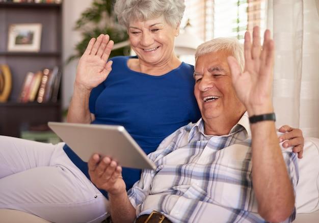 Casal de idosos conversando por vídeo