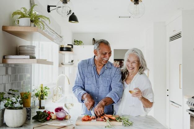 Casal de idosos cozinhando em uma cozinha