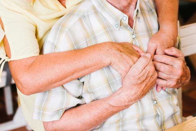 Casal de idosos de colheita abraçando