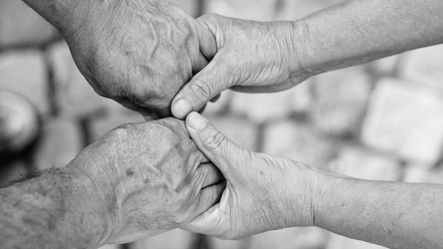 Casal de idosos de mãos dadas durante a caminhada. conceito de amor. o conceito de cuidar amadurece juntos.
