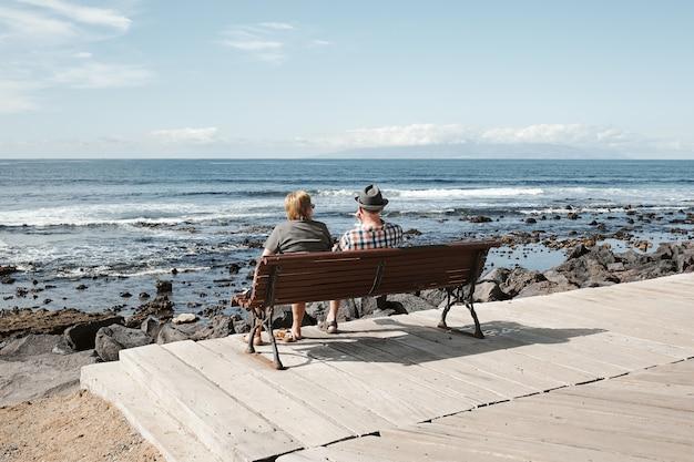 Casal de idosos de turistas no mar resort em dia ensolarado de verão.