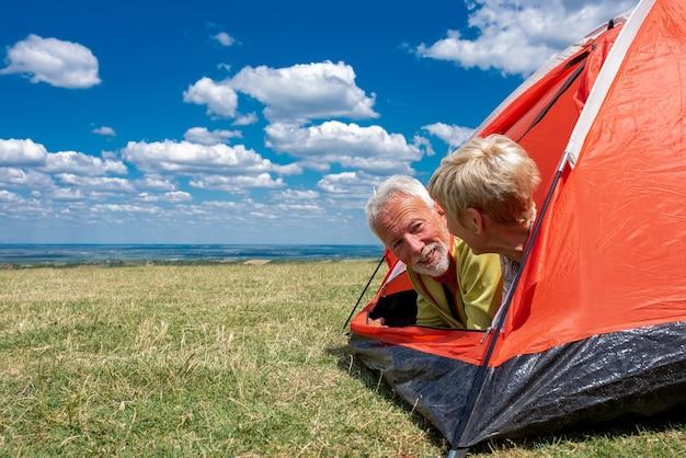 Casal de idosos descansando na tenda