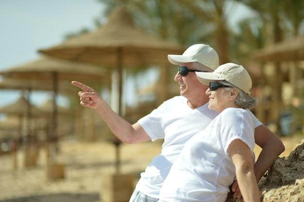 Casal de idosos divertido descansando na praia