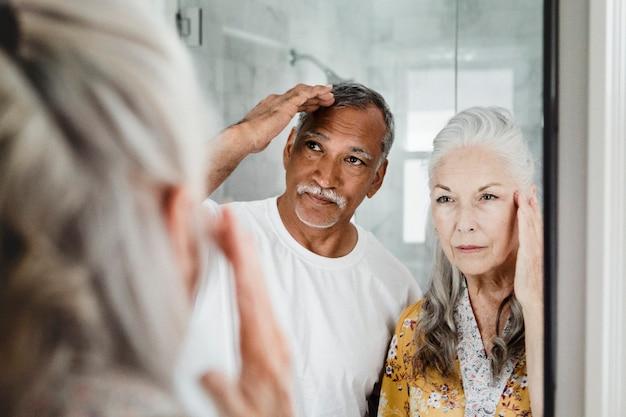 Casal de idosos em frente ao espelho
