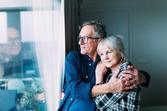 Casal de idosos em lar de idosos