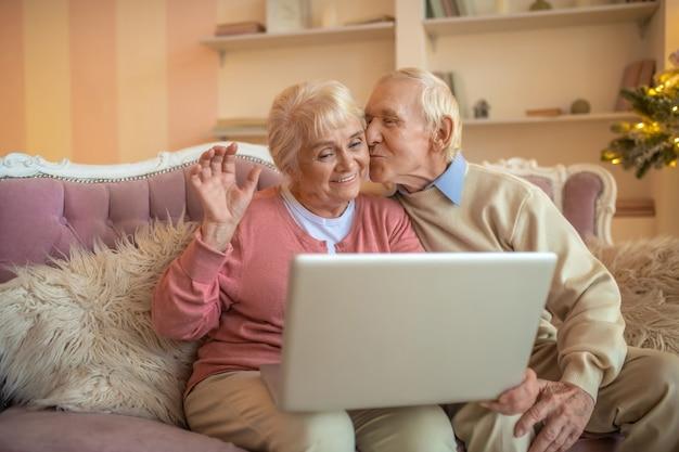 Casal de idosos em videochamada