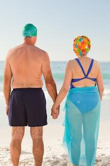 Casal de idosos enamorados na praia