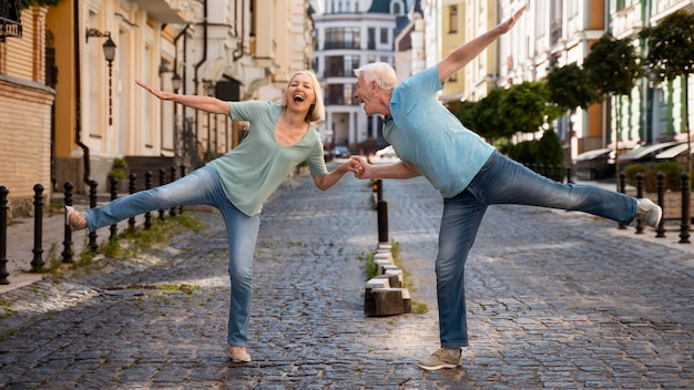 Casal de idosos feliz aproveitando o tempo na cidade
