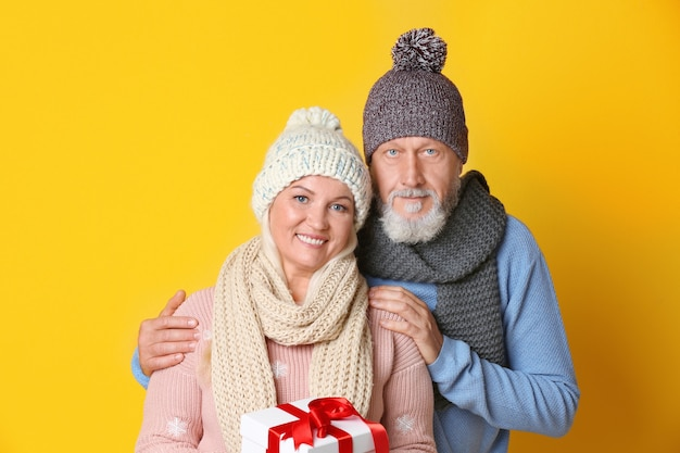 Casal de idosos feliz com presente de natal