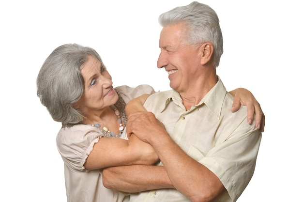 Casal de idosos feliz e sorridente em fundo branco