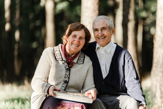 Casal de idosos feliz