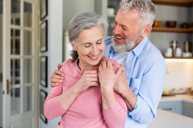 Casal de idosos felizes, tiro médio