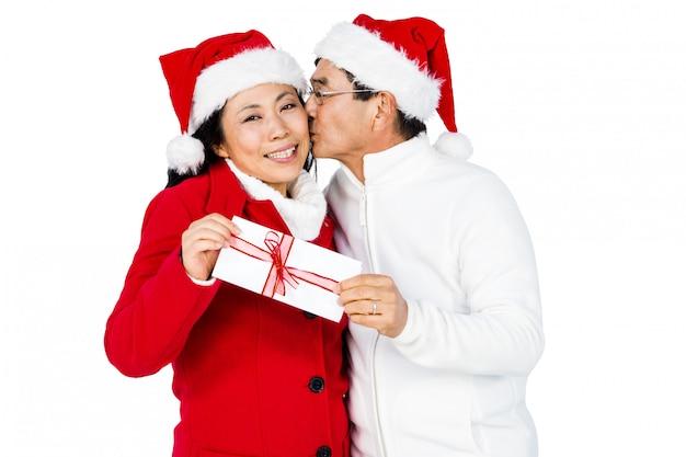 Casal de idosos festivos trocando presentes