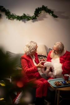 Casal de idosos juntos para o natal