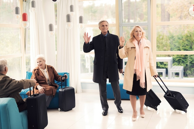 Casal de idosos no saguão do aeroporto