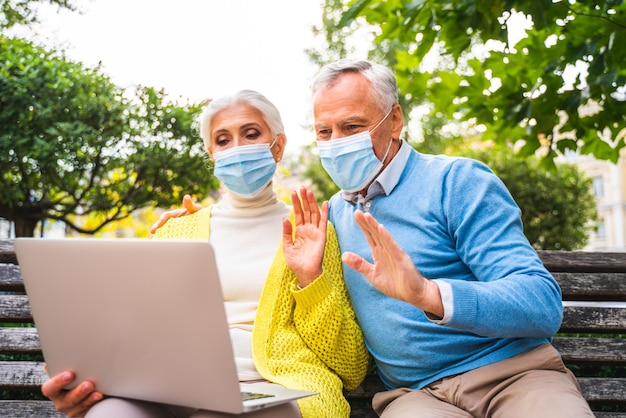 Casal de idosos se comunicando remotamente com parentes e pais durante a quarentena de pandemia