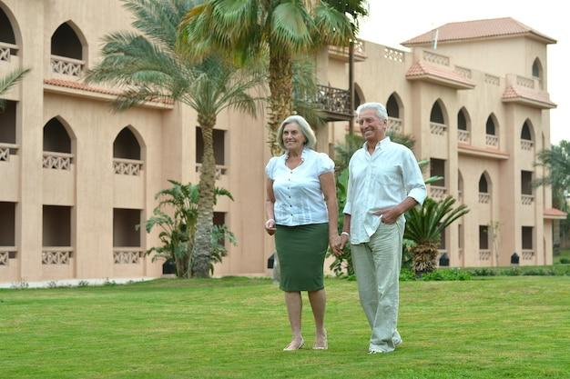 Casal de idosos se divertindo perto de hotel resort