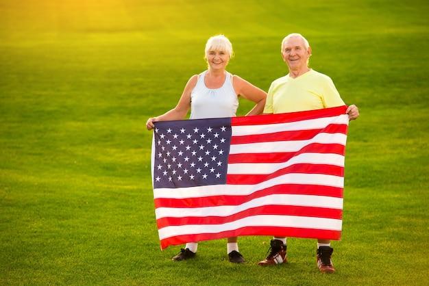 Casal de idosos segurando nossa bandeira