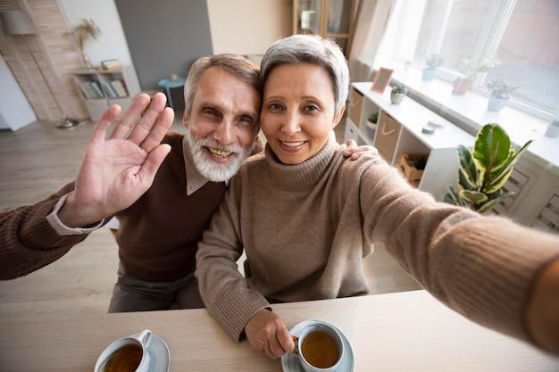Casal de idosos tirando uma selfie