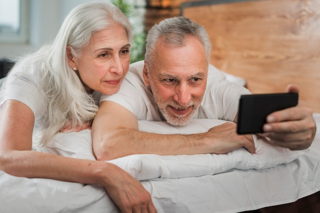 Casal de idosos tomando selfies no dia dos namorados