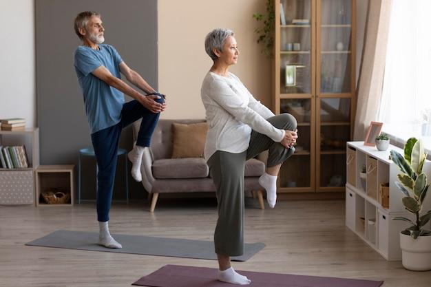 Casal de idosos treinando em casa