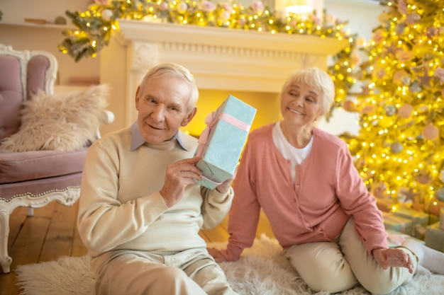 Casal de idosos trocando presentes