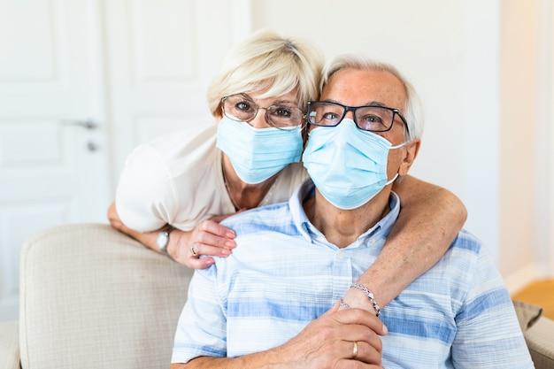 Casal de idosos usando máscara médica e se recuperando de uma doença em casa